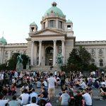 Proteste a Belgrado, Novi Sad e Nis; tutti seduti per strada contro la violenza